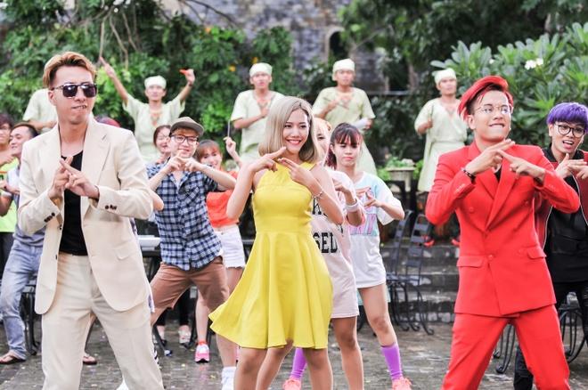 Only C lam ong chu quan pho trong MV moi hinh anh 2 Vũ đạo được biến tấu từ động tác ăn phở khá ấn tượng.