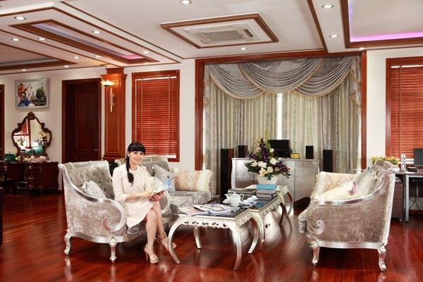 'Ca si nha tram ty' va 6 lan to chuc dam cuoi hut voi chong hinh anh 3 Trang Nhung trong căn phòng khách xa hoa của ngôi nhà trị giá trăm tỷ.