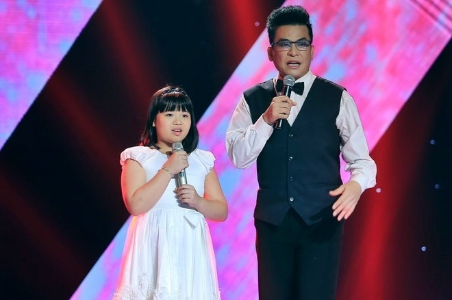 Co be Viet kieu Anh khong biet HLV Voice Kids la ai hinh anh