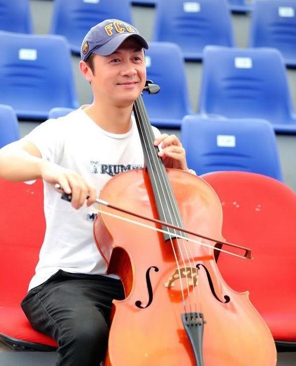 Gia dinh be the it biet cua nhung BTV nha nghe VTV hinh anh 9 Là con nhà nòi, Anh Tuấn được học đàn piano, cello từ nhỏ.