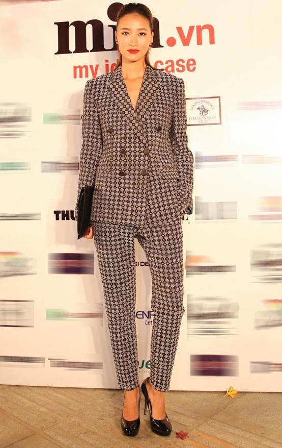 Trang Khiếu cũng góp mặt tại sự kiện khai trương cửa hàng thời trang. Quán quân Next Top Model mùa đầu tiên ăn vận phong cách menswear.