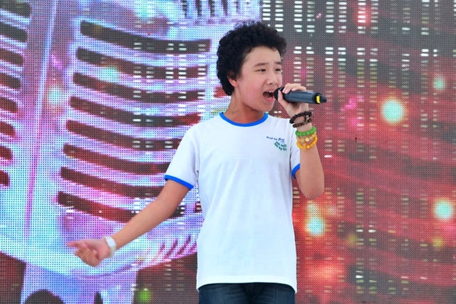 Hoang Anh The Voice Kids ra Ha Noi chay show hinh anh