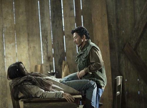 5 canh nong tran trui cua Tran Bao Son chung to dieu gi? hinh anh 2 Trần Bảo Sơn trong một cảnh nóng của phim Quyên.