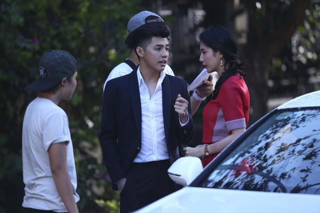 Noo Phuoc Thinh chia tay Thuy Tien duoi mua hinh anh 5 Để có được cơn mưa lớn và trông như thật, ê-kíp phải xịt nước trực tiếp từ xe bồn vào khu vực hai ca sĩ đang diễn xuất. Dù chỉ là mữa nhân tạo, nhưng dưới góc máy của nữ đạo diễn Uyên Thư, cảnh quay khiến mọi người rất ưng ý.