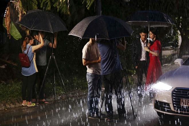 """Noo Phuoc Thinh chia tay Thuy Tien duoi mua hinh anh 3 Những hình ảnh trong MV được trích từ chính phân đoạn Noo Phước Thịnh đứng hát dưới mưa sau khi """"người yêu"""" Thủy Tiên chọn cách quay lưng để trở về căn nhà mà cô đang sống cùng chồng."""