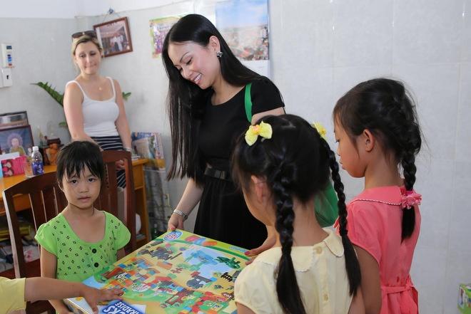 Ha Phuong: 'Phien toai khi bi ban luan ve tai san' hinh anh 2 Hà Phương dẫn 2 con gái (bìa phải) đến thăm và trao quà cho trẻ mồ côi  tại chùa Diệu Giác (TP HCM) cách đây không lâu.