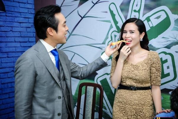 Duong Khac Linh dut banh cho Huong Giang truoc gio len song hinh anh