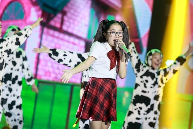 """Thi sinh The Voice Kids bat khoc khi hat hit Vu Cat Tuong hinh anh 7 Trương Nhã Thy khiến khán giả trong trường quay ủng hộ nồng nhiệt khi tự tin vừa hát vừa nhảy qua ca khúc Cún yêu. Dừng chân tại vòng Đối đầu mùa thứ 2, cô bé có sự tiến bộ rõ rệt khi quay trở lại mùa giải thứ 3. Cẩm Ly bày tỏ sự bất ngờ khi học trò tự tin khi thể hiện vũ đạo mà không bị hụt hơi. """"Cô thấy ở con rất nhiều điều nên con hãy từng bước chứng tỏ với khán giả khả năng của mình"""", nữ huấn luyện viên nhắn nhủ."""