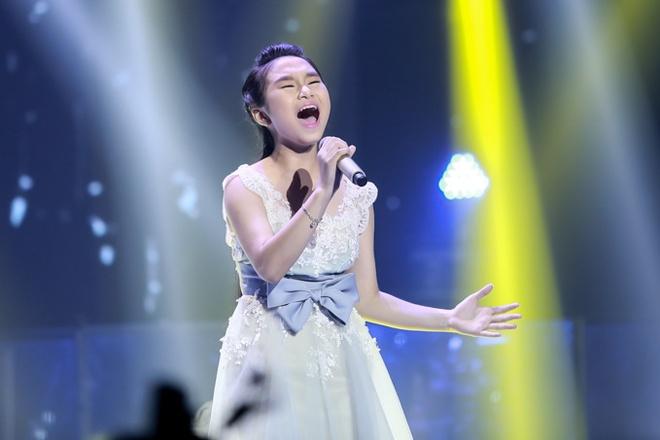 Thi sinh The Voice Kids bat khoc khi hat hit Vu Cat Tuong hinh anh 1 Đại diện của team Dương Khắc Linh - Hà Vy được lựa chọn bản hit Vết mưa với phần lời được viết lại phù hợp với độ tuổi học trò của mình. Cô bé khoe được giọng hát đầy tình cảm và cách xử lý rất dứt khoát và cá tính.