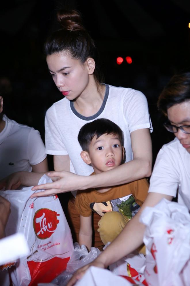 Ho Ngoc Ha dua con trai Subeo di trao qua Trung thu hinh anh 1