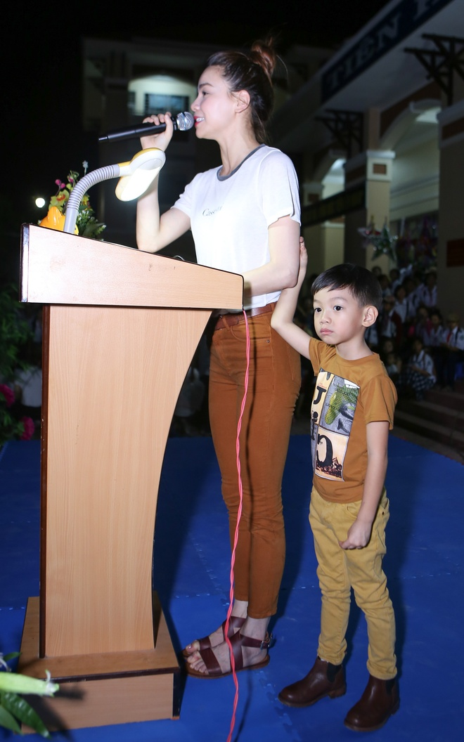 Ho Ngoc Ha dua con trai Subeo di trao qua Trung thu hinh anh 4