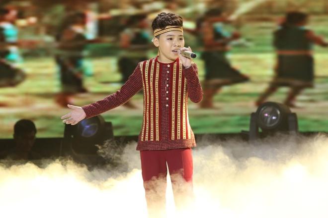 Cong Quoc The Voice Kids gay bat ngo khi gia gai hinh anh 3 Công Quốc hát Về nghe gió kể trong phần đơn ca.