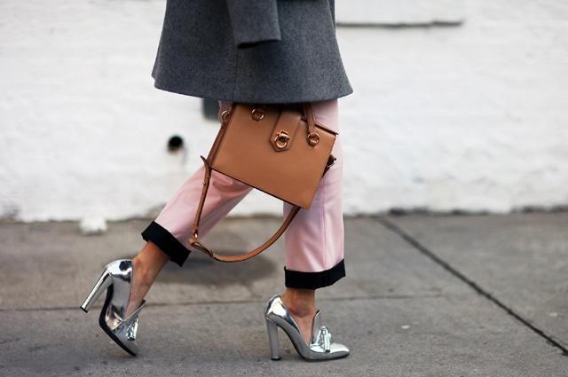 """'Vu khi' khien phai dep quyen ru ngay tuc thi hinh anh 3 1.Giày cao gót Vũ khí lợi hại, phái đẹp, quyễn rũ  Theo một nghiên cứu được công bố trên Archives of Sexual Behavior, ngoài tác động hấp dẫn trực tiếp đến phái mạnh mà giày cao gót đem lại mà ai ai cũng không thể phủ nhận, phái mạnh còn càng bị chinh phục bởi độ cao """"tăng tiến"""" của những đôi giày mà phụ nữ mang."""