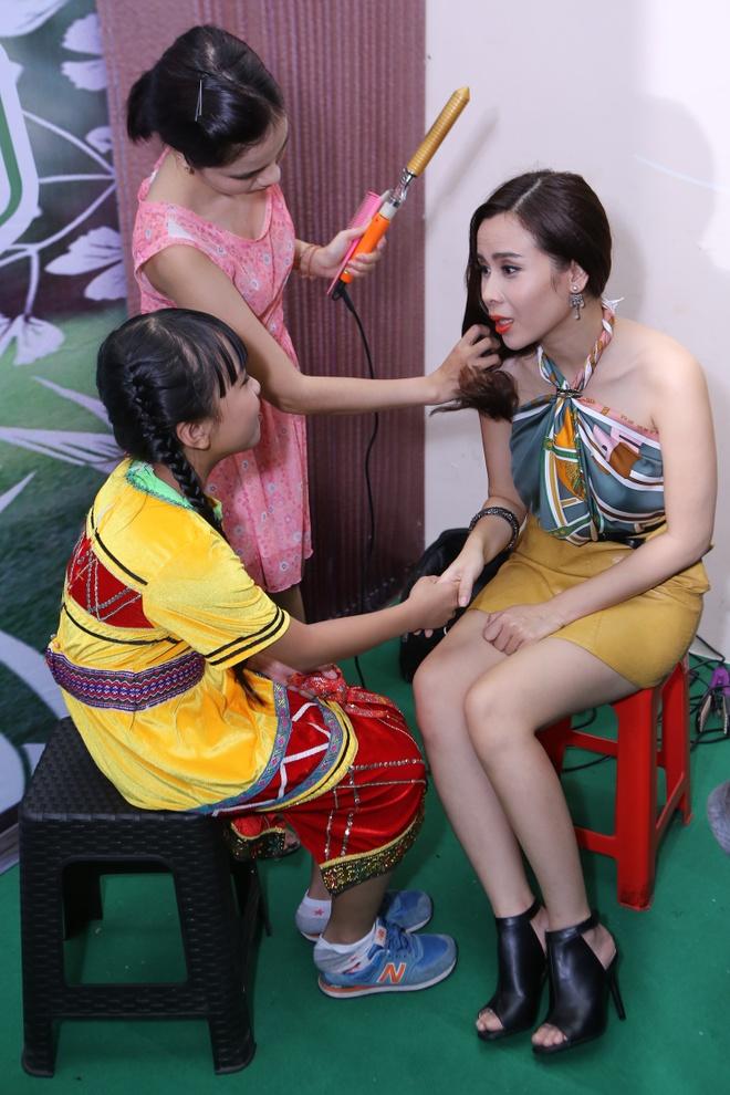 Cam Ly va ong xa cang thang vi trang phuc cua hoc tro hinh anh 8 Nữ ca sĩ Đừng ngoảnh lại vui mừng khi gặp lại trò cũ Hoàng Kim Quỳnh Anh từ mùa 2. Cô bé trở lại để trình diễn với vai trò khách mời.