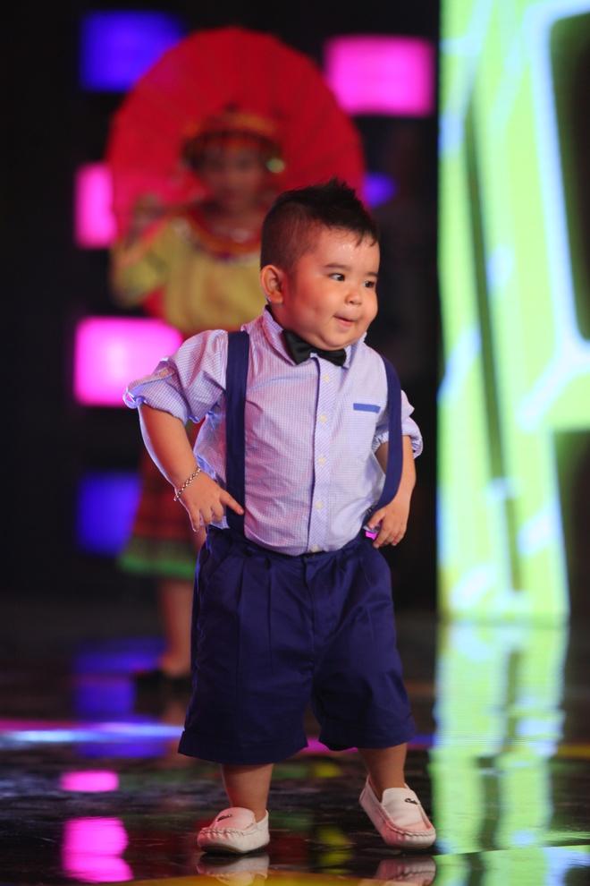 Ku Tin khuay dong san khau voi man nhay Gangnam Style hinh anh 1 s