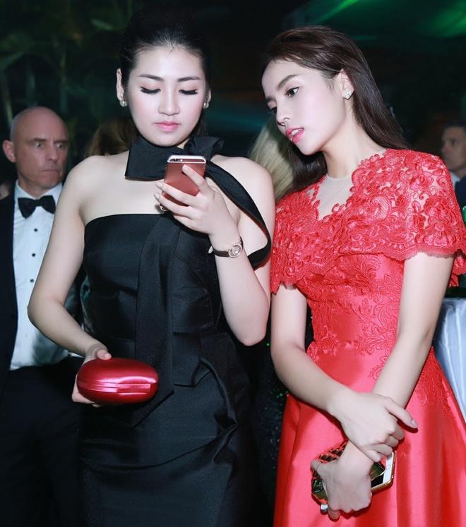 Ky Duyen giup Tu Anh chinh sua trang phuc hinh anh 8 Ngoài ra, đương kim Hoa hậu Việt Nam cùng ê-kíp đang lên kế hoạch cho các hoạt động của quỹ từ thiện riêng đến trẻ em nghèo trong mùa đông này.