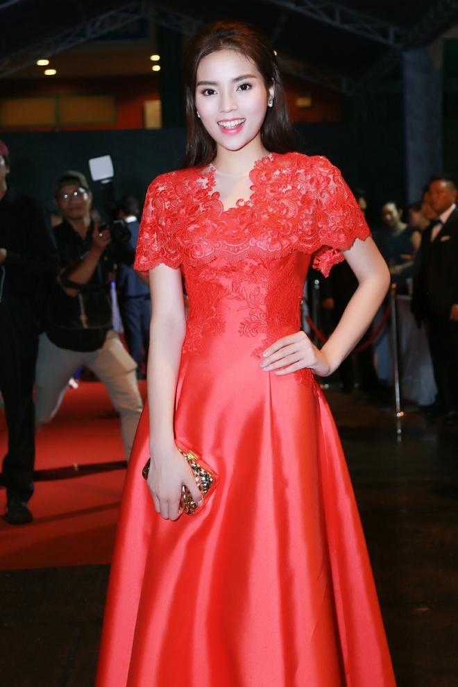 Ky Duyen giup Tu Anh chinh sua trang phuc hinh anh 1 Kỳ Duyên lộng lẫy trong bộ váy của đỏ, điểm xuyết các họa tiết thêu tay của nhà thiết kế Lê Thanh Hòa.
