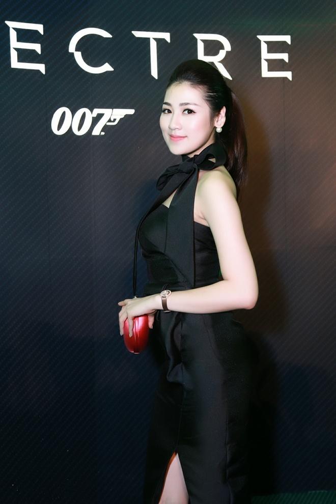 Ky Duyen giup Tu Anh chinh sua trang phuc hinh anh 2 Trong khi đó, Tú Anh chọn hình ảnh quyến rũ hơn trong bộ váy đen do Huy Trần thực hiện.