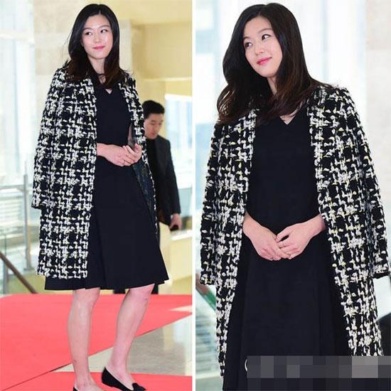 Hoc my nhan Han mac gam den sang chanh ma khong bi du hinh anh 2 Tại lễ trao giải Korean Popular Culture And Arts Awards 2015 diễn ra ở Seoul, nữ diễn viên Jeon Ji Hyun sang trọng khi mặc váy đen kết hợp áo khoác họa tiết bắt mắt.
