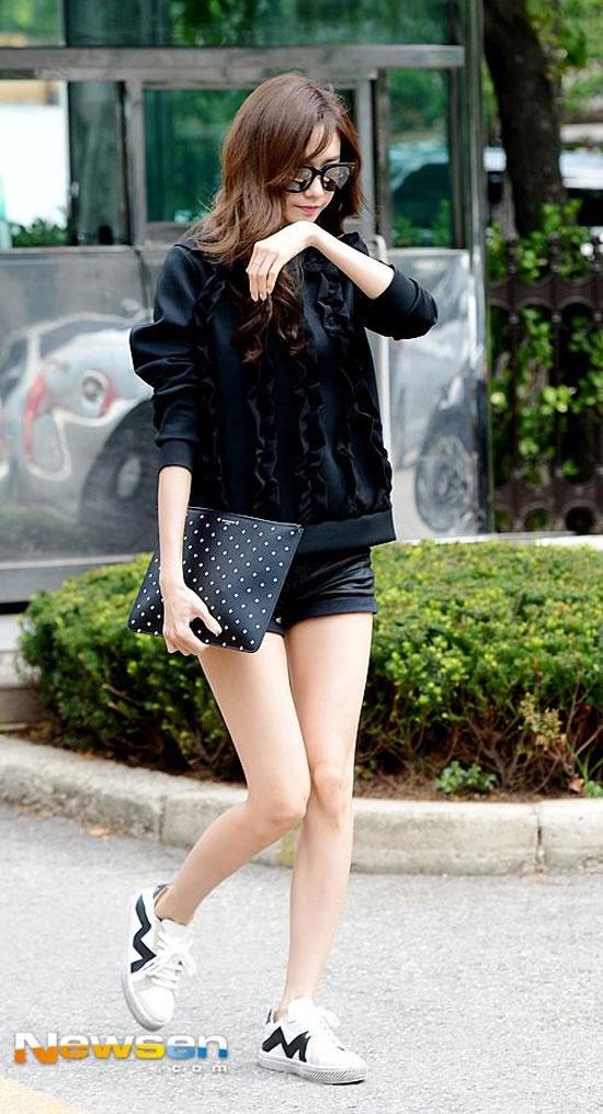 Hoc my nhan Han mac gam den sang chanh ma khong bi du hinh anh 5 Cô nàng Yoona chọn một chiếc áo sweatshirt có điểm nhấn bèo nhún phối cùng  shorts cùng tông nhằm