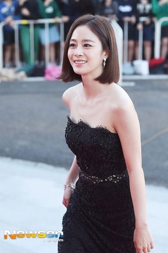 Hoc my nhan Han mac gam den sang chanh ma khong bi du hinh anh 7 Trên thảm đỏ lễ trao giải Korea Drama Award 2015 diễn ra tại tỉnh Gyeongsangnam, Hàn Quốc,  Kim Tae Hee xinh đẹp như nữ thần nhờ bộ váy đen cúp ngực, xẻ đùi chất liệu ren.