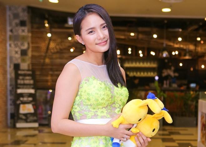 Phan Nhu Thao le bong di xem phim sau le dinh hon dai gia hinh anh