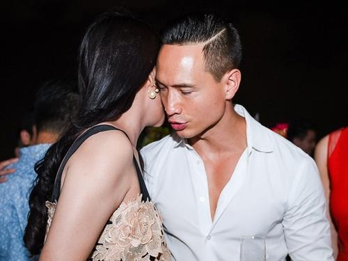 Kim Ly hon Truong Ngoc Anh o tiec sinh nhat trong bar hinh anh