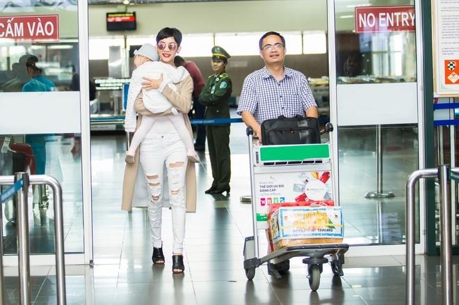 Con gai Xuan Lan ngu tren vai me hinh anh 2
