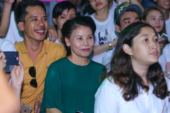 Ho Ngoc Ha cham soc Noo Phuoc Thinh tren san khau hinh anh 10