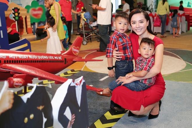 A hau Duong Truong Thien Ly lan dau khoe hai con trai hinh anh 1