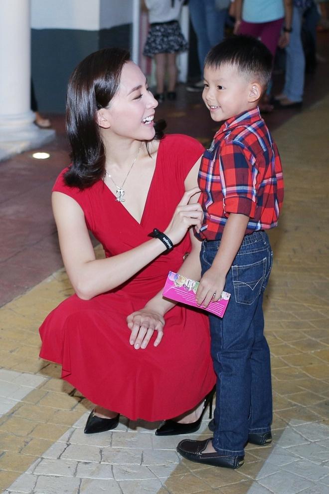 A hau Duong Truong Thien Ly lan dau khoe hai con trai hinh anh 4