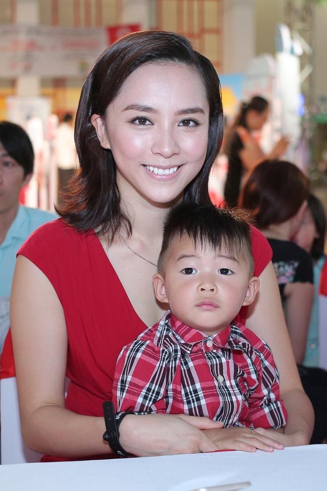 A hau Duong Truong Thien Ly lan dau khoe hai con trai hinh anh 5