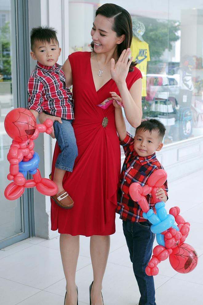 A hau Duong Truong Thien Ly lan dau khoe hai con trai hinh anh 6