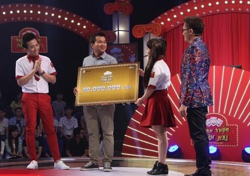 Thay giao o Thach thuc danh hai qua doi tuoi 27 hinh anh 1 Thầy Thoại nhận giải thưởng 40 triệu đồng từ tay Việt Hương và Trấn Thành.