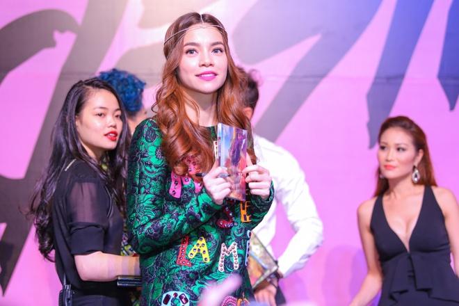 Ho Ngoc Ha tu tay chon phu kien cho MV du muc hinh anh 3