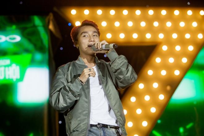 Fan nu bat khoc khi duoc Son Tung M-TP om chat hinh anh 1 s