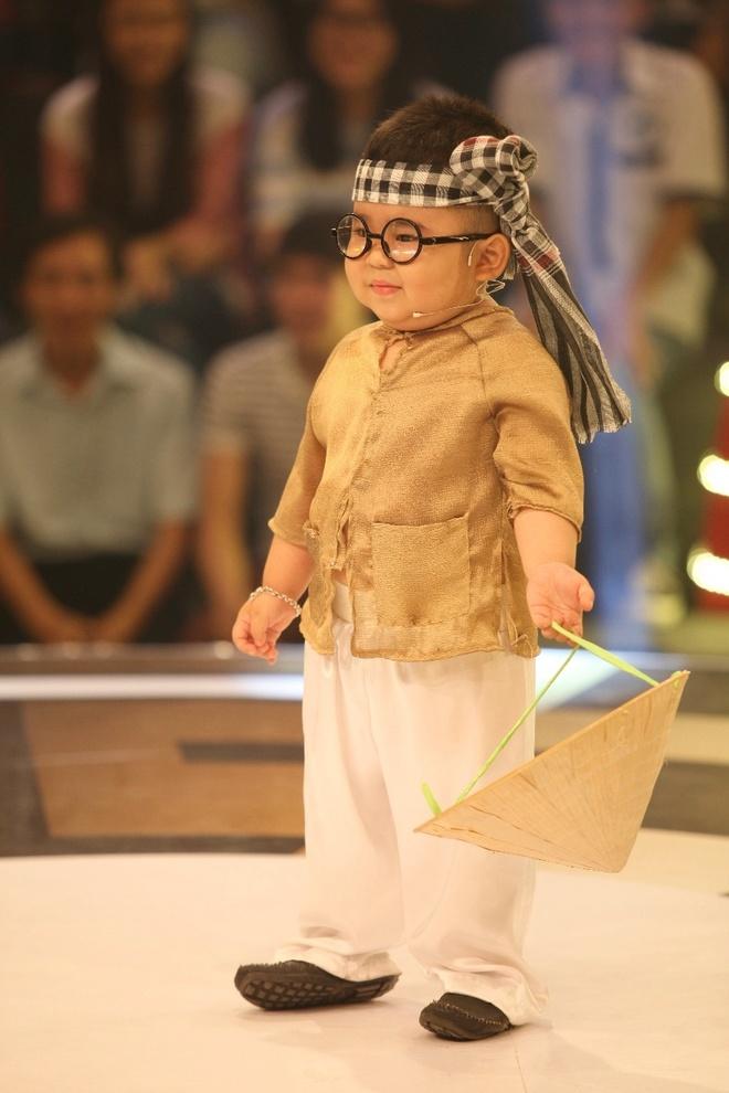 Thí sinh nhí Huỳnh Minh Hoàng với tên gọi thân thiết Kutin thể hiện khả năng hát dân ca trên sân khấu Thách thức danh hài.