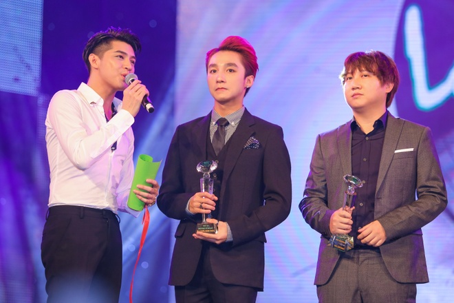Sơn Tùng 3 lần được xướng tên trong lễ trao giải Làn Sóng Xanh 2015.