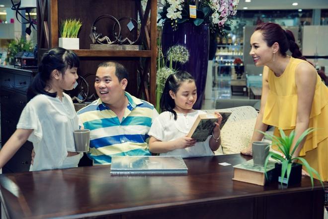 Con gai Thuy Hanh quay tung khi di mua sam cung ba me hinh anh 9