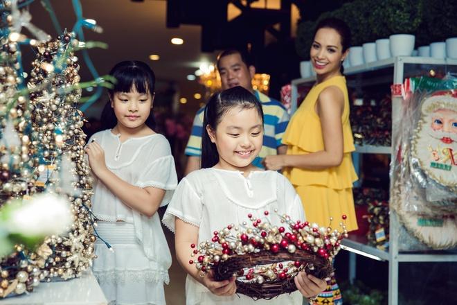 Con gai Thuy Hanh quay tung khi di mua sam cung ba me hinh anh 12