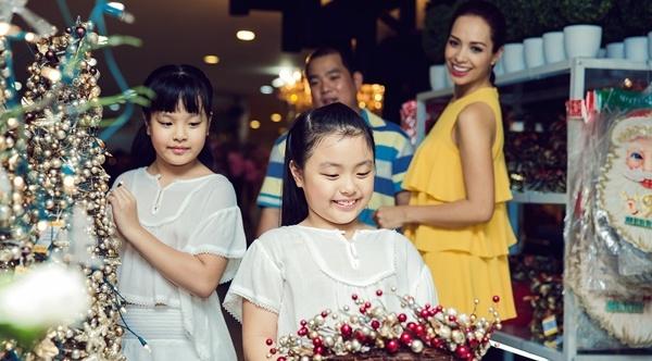 Con gai Thuy Hanh quay tung khi di mua sam cung ba me hinh anh