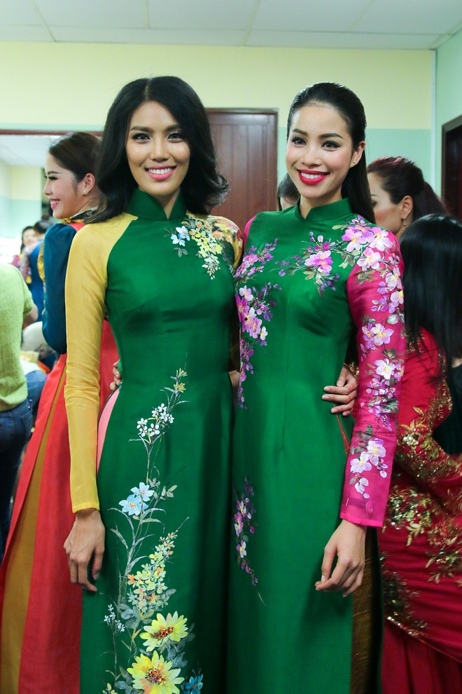 Pham Huong lan dau catwalk sau Hoa hau Hoan vu hinh anh 2