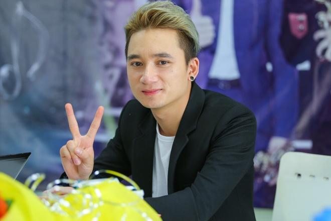 Phan Manh Quynh dang yeu mot co gai de thuong hinh anh 1