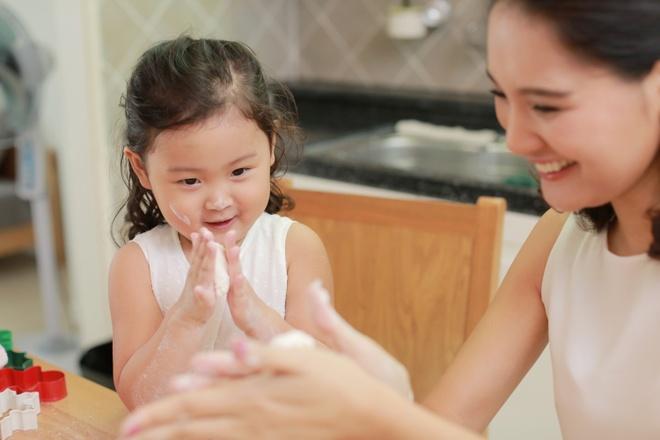 Hoa hau Huong Giang day con gai 3 tuoi lam banh hinh anh 7
