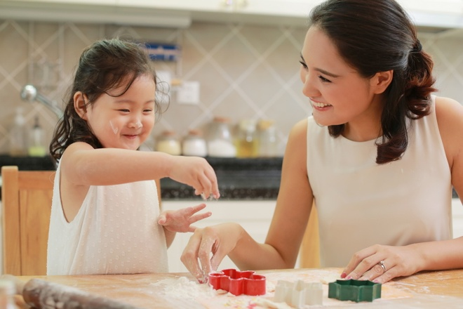 Hoa hau Huong Giang day con gai 3 tuoi lam banh hinh anh 8