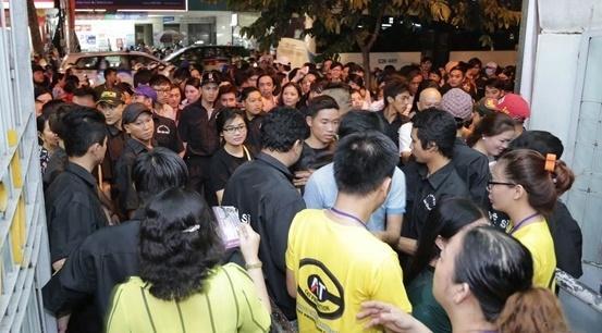 4.000 khan gia chen lan vao xem show Hoai Linh hinh anh