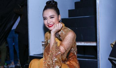Hoang Thuy Linh cang thang, Soobin an banh mi truoc gio thi hinh anh