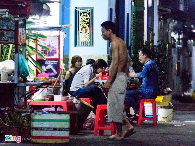 Tran Thanh va Hari Won di an khuya mung ngay Tinh nhan hinh anh 3