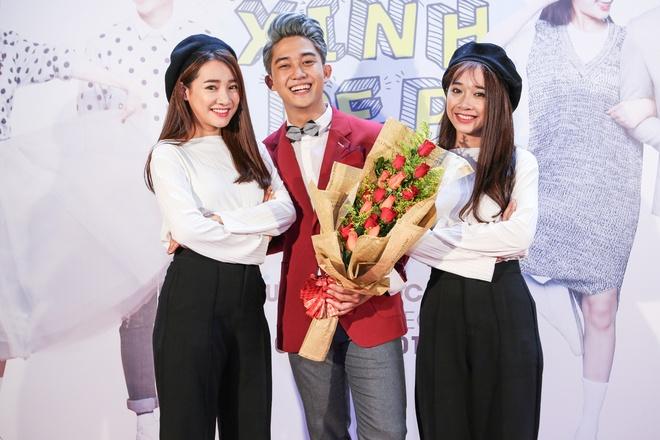 Nha Phuong dien do doi cung em gai di hop bao hinh anh 2