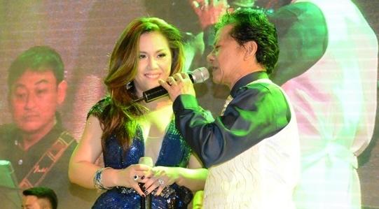 Che Linh om chat Minh Tuyet trong live show tai Dong Nai hinh anh
